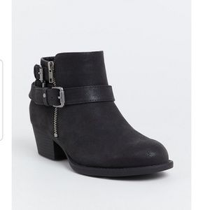 BLACK BRUSHED FAUX LEATHER HARDWARE BUCKLE BOOTIE